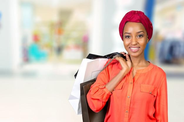 Mulher bonita fazendo compras e segurando sacos