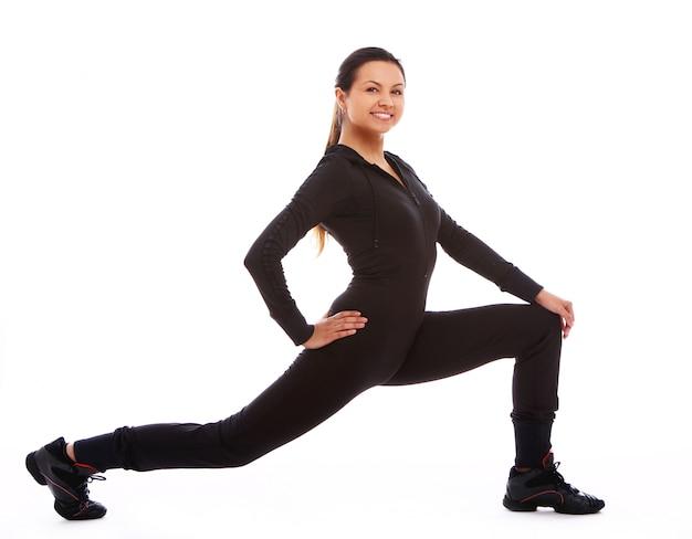 Mulher bonita fazendo exercícios de fitness