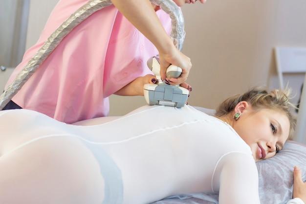 Mulher bonita fazendo terapia estética contra celulite