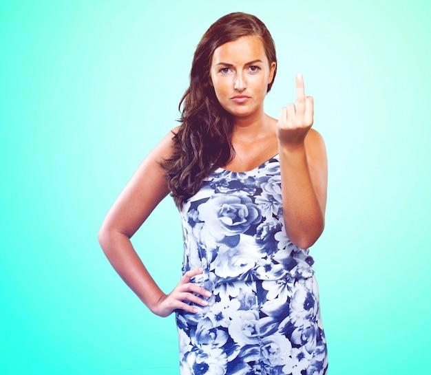 Mulher bonita fazendo um gesto insulto