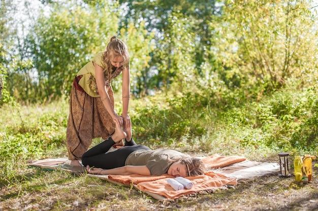 Mulher bonita fazendo uma massagem.