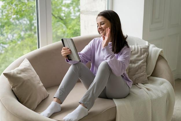 Mulher bonita fazendo uma videochamada em casa