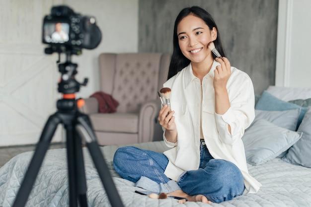 Mulher bonita fazendo vlogs sobre maquiagem
