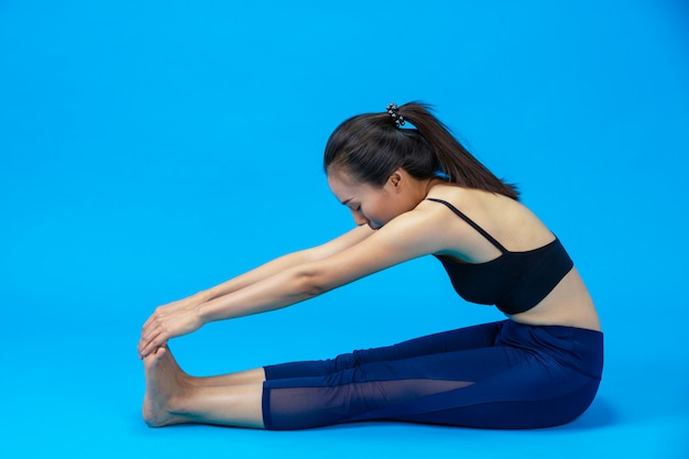 Mulher bonita fazendo yoga