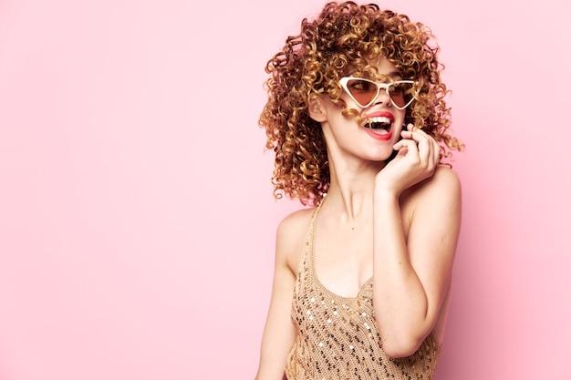 Mulher bonita felicidade rir cabelo cacheado maquiagem roupas da moda