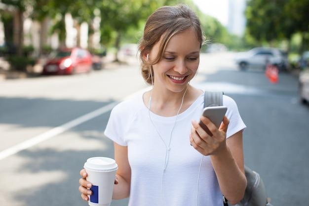 Mulher bonita feliz com chamada de vídeo ao ar livre
