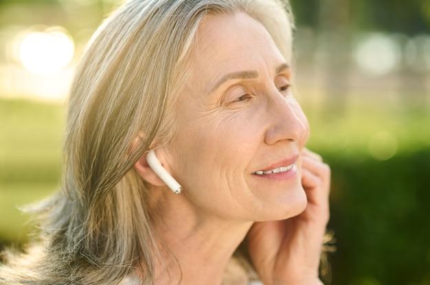 Mulher bonita feliz com fones de ouvido sem fio