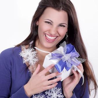 Mulher bonita feliz com um presente isolado em um branco
