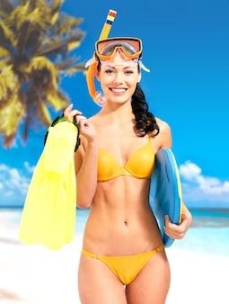 Mulher bonita feliz desfrutando na praia.