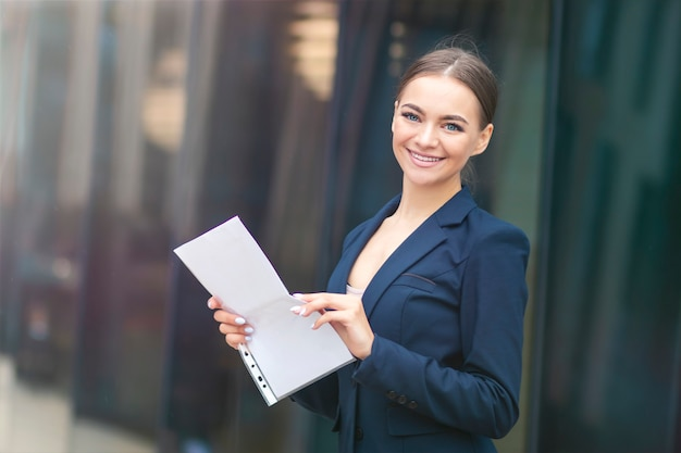 Mulher bonita feliz e bem-sucedida com documentos