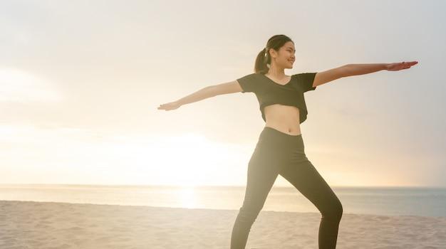 Mulher bonita feliz no exercício