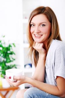 Mulher bonita feliz relaxando e sorrindo