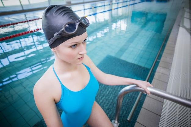 Mulher bonita ficando na água na piscina