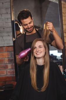 Mulher bonita, ficando o cabelo seco