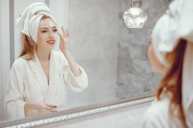 Mulher bonita, ficar, em, um, banheiro