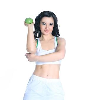 Mulher bonita fitness com maçã verde