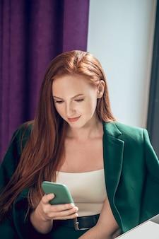 Mulher bonita fofa com smartphone no café