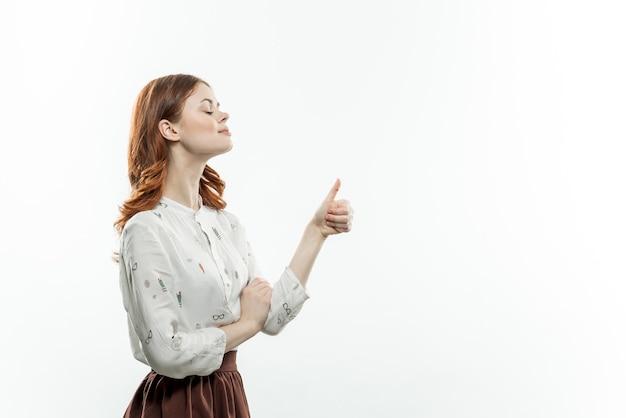 Mulher bonita gesticulando com as mãos estilo elegante estúdio de luz