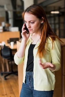 Mulher bonita gesticulando enquanto fala no celular