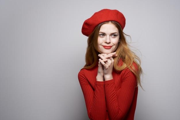 Mulher bonita gesto com a mão divertido lábios vermelhos posando em estúdio de luxo