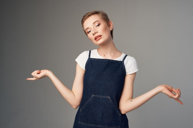 Mulher bonita gestos com as mãos, moda, estilo de vida
