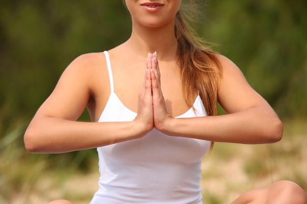 Mulher bonita gosta de ioga na floresta