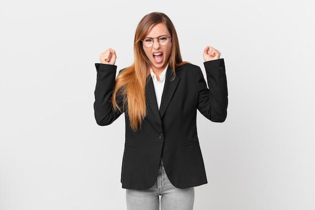 Mulher bonita gritando agressivamente com uma expressão de raiva. conceito de negócios