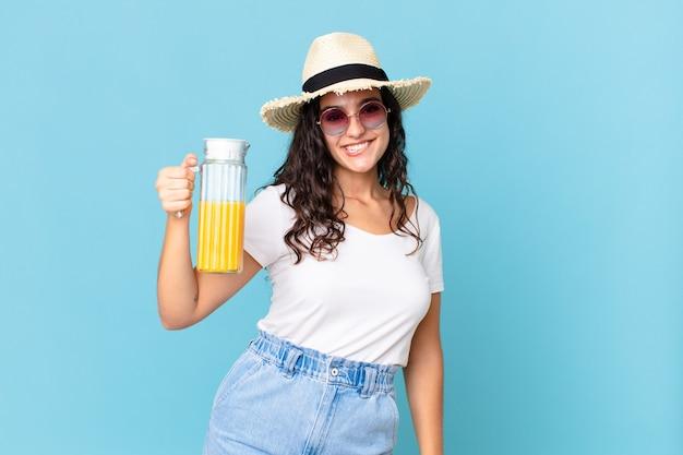 Mulher bonita hispânica com suco de laranja