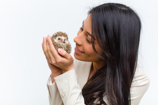 Mulher bonita hispânica jovem com seu animal de estimação