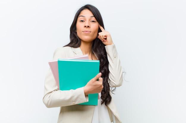 Mulher bonita hispânica jovem com um livro