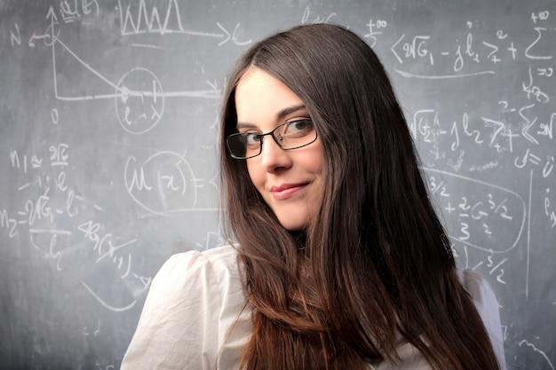 Mulher bonita inteligente jovem