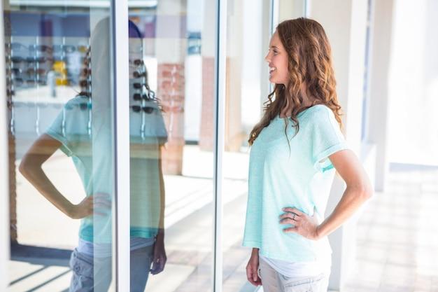 Mulher bonita janela de compras no shopping