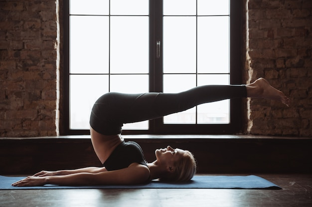Mulher bonita jovem aptidão fazer exercícios de esporte.