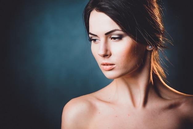 Mulher bonita, jovem e emocional
