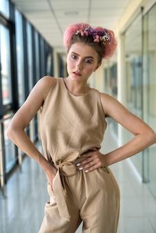 Mulher bonita, jovem e fashion em clima de primavera, posando à luz do dia