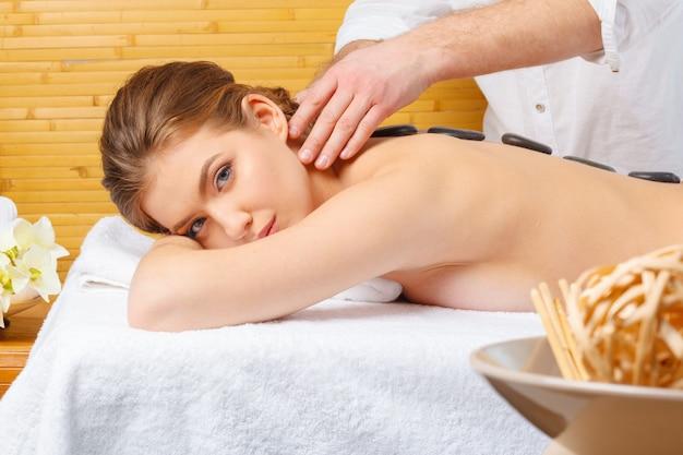 Mulher bonita, jovem e saudável em salão de spa. massagem tratamento