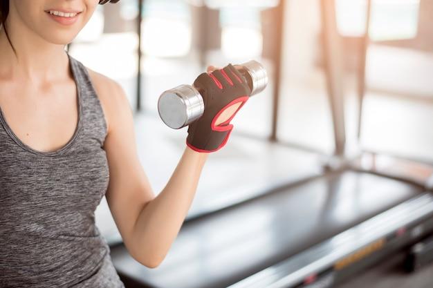 Mulher bonita jovem esporte é treino no ginásio, estilo de vida saudável