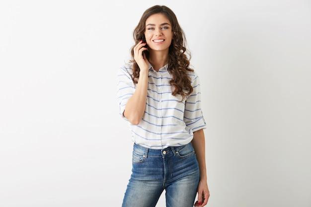 Mulher bonita jovem falando no telefone inteligente isolado, sorrindo, feliz, positivo, roupa de hipster estilo casual de estudante, isolado no fundo branco,