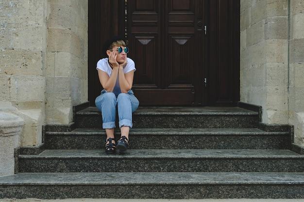Mulher bonita jovem hippie posando sentado na escada
