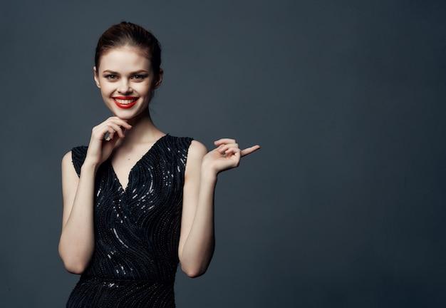 Mulher bonita lábios vermelhos emoção luxo estúdio modelo fundo escuro