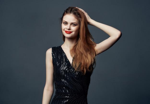 Mulher bonita lábios vermelhos emoção luxo estúdio modelo isolado fundo
