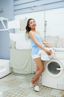 Mulher bonita, lavando roupa