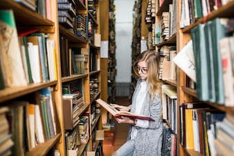 Mulher bonita, leitura, entre, bookshelves