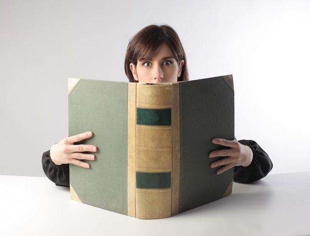 Mulher bonita, lendo um grande kodex