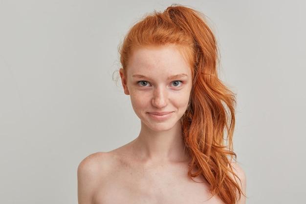 Mulher bonita, linda garota ruiva com rabo de cavalo e sardas