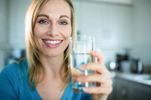Mulher bonita loira bebendo um copo de água