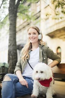 Mulher bonita loira com um cachorro fofo