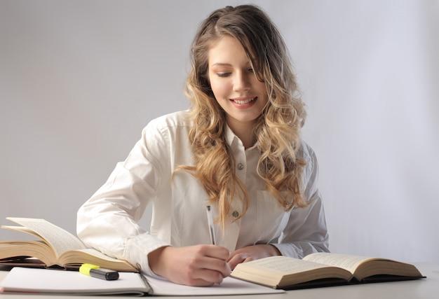 Mulher bonita loira estudando