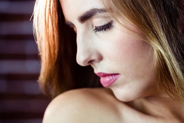 Mulher bonita loira, fechando os olhos