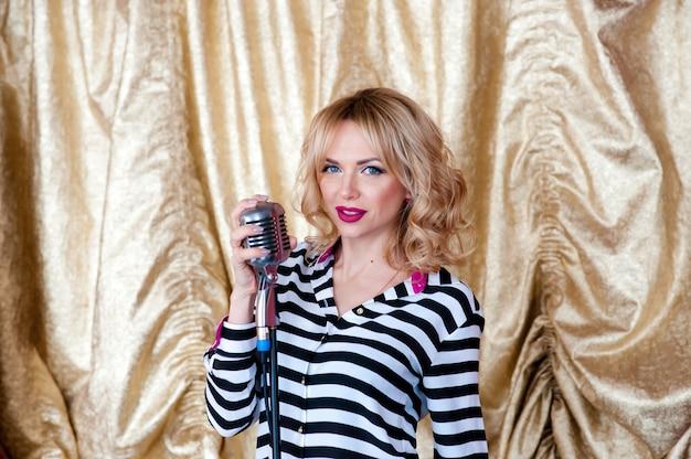 Mulher bonita, loira, microfone. cantando, sorriso lindo